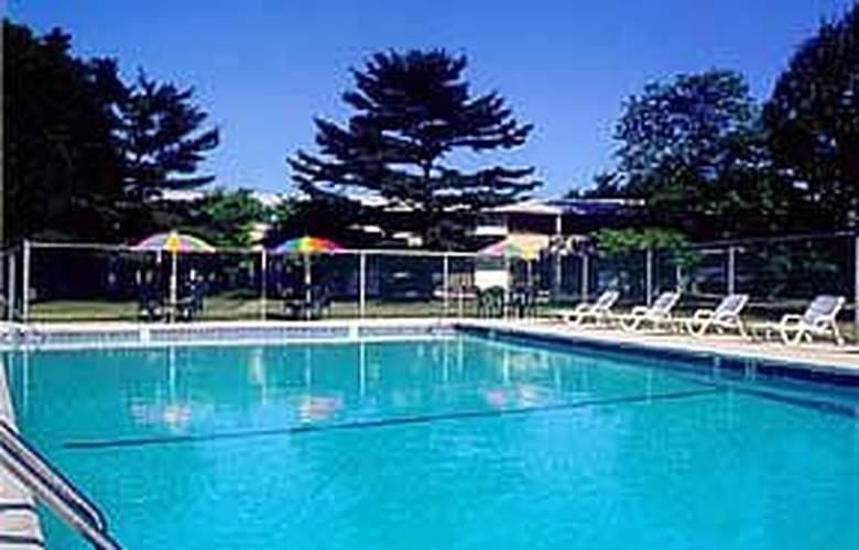 Quality Inn Skyways - Pool - 5