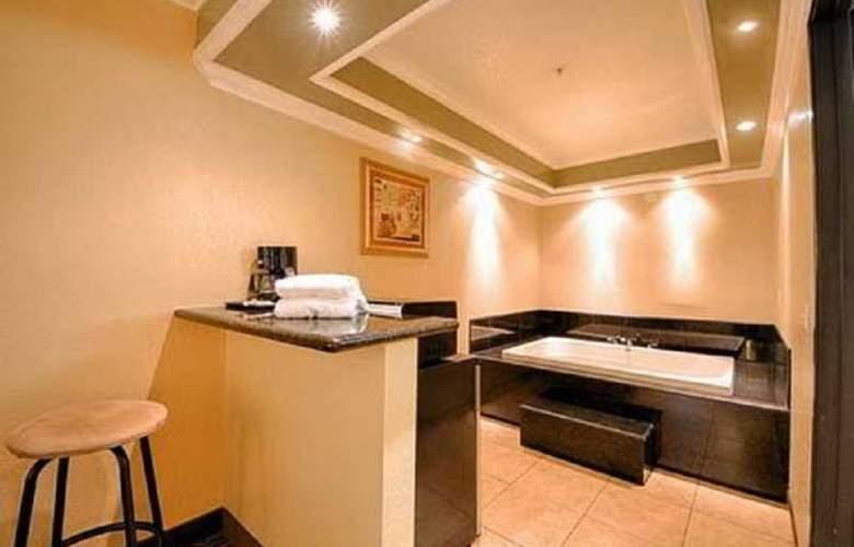 Econo Lodge  Inn & Suites - Room - 0