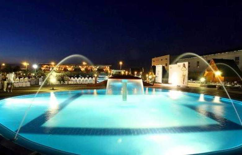 Queen Hotel - Pool - 9