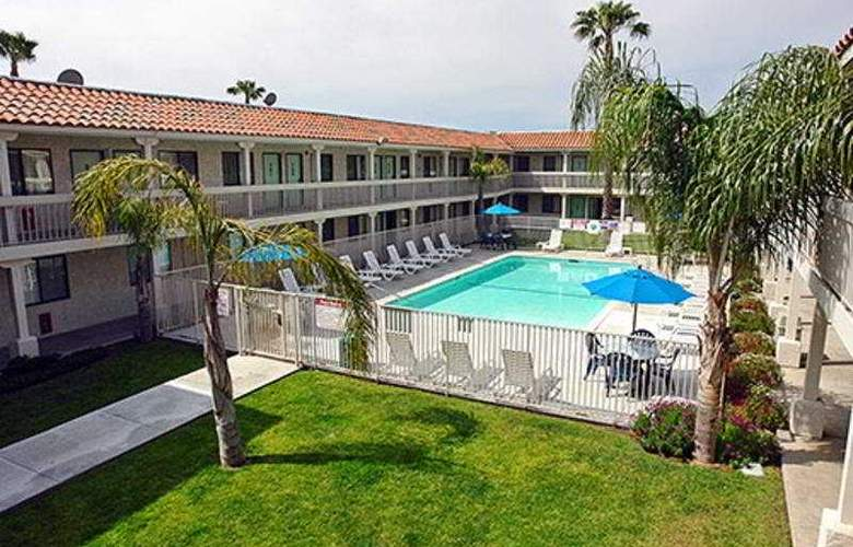 Motel 6 Salinas South Monterey Area - Pool - 3