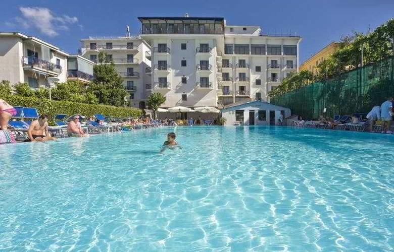 Grand Hotel Flora - Pool - 3