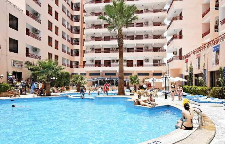Triton Empire Hotel - Pool - 12