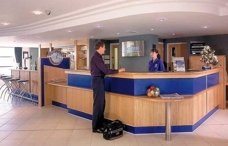 Holiday Inn Express London - Luton Airport - General - 1