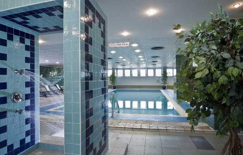 Danubius Hotel Arena - Pool - 10
