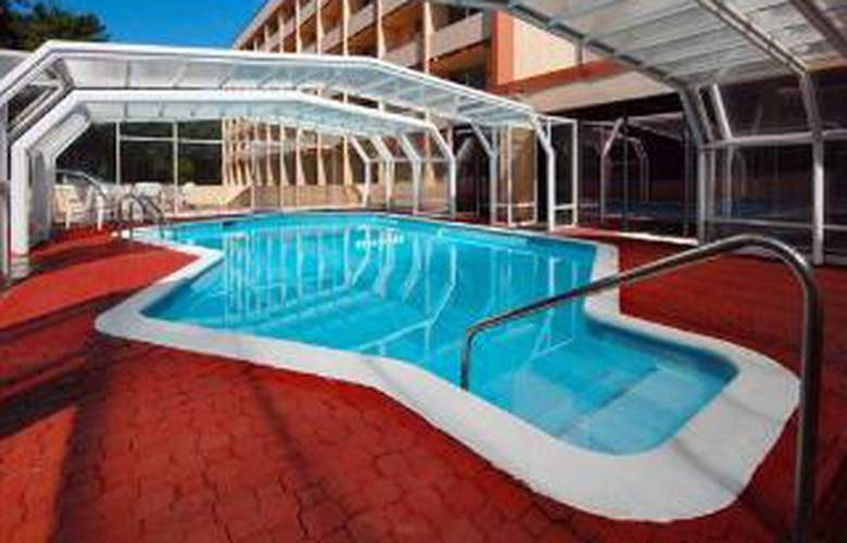 Quality Inn - Pool - 6