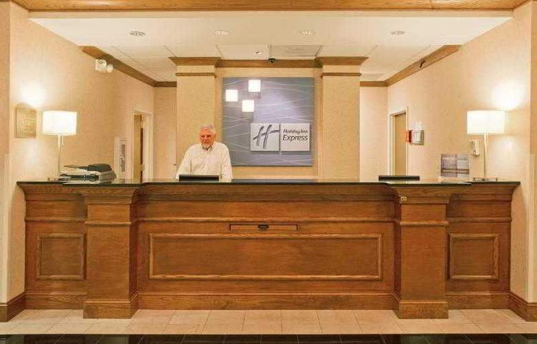 Holiday Inn Express & Suites Tampa - Hotel - 11