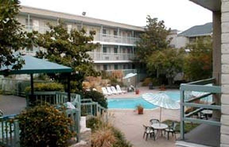 Clarion Inn & Suites Conference Center - Pool - 3