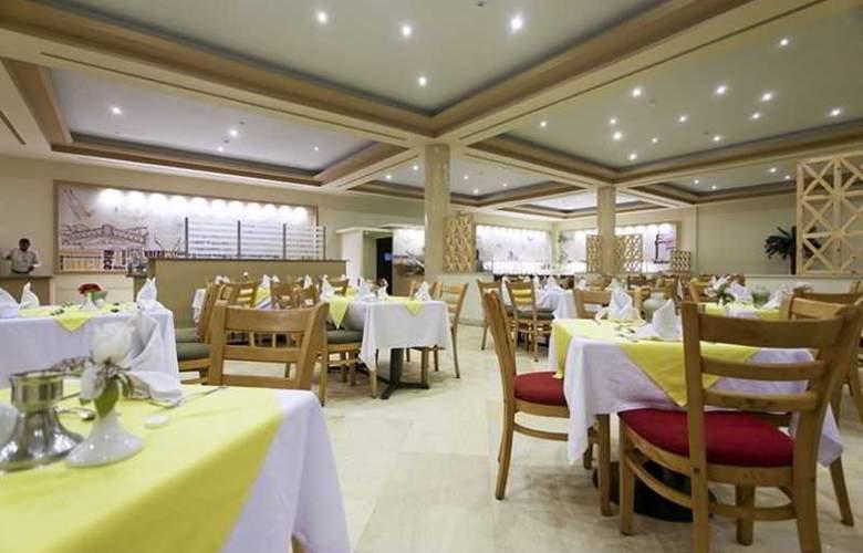 Three Corners Sea Beach Resort - Restaurant - 41