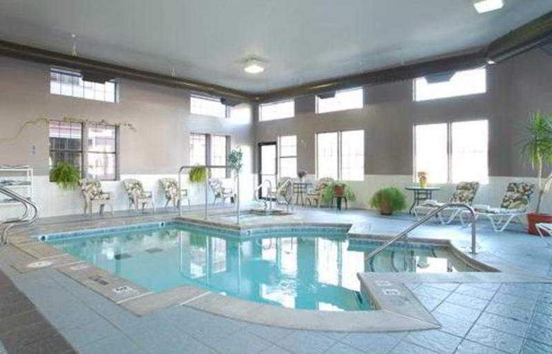 Quality Suites Tulsa - Pool - 4