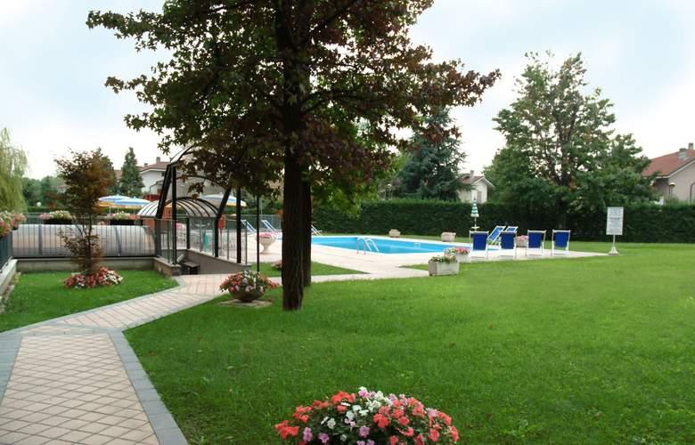 Embassy Park - Pool - 11