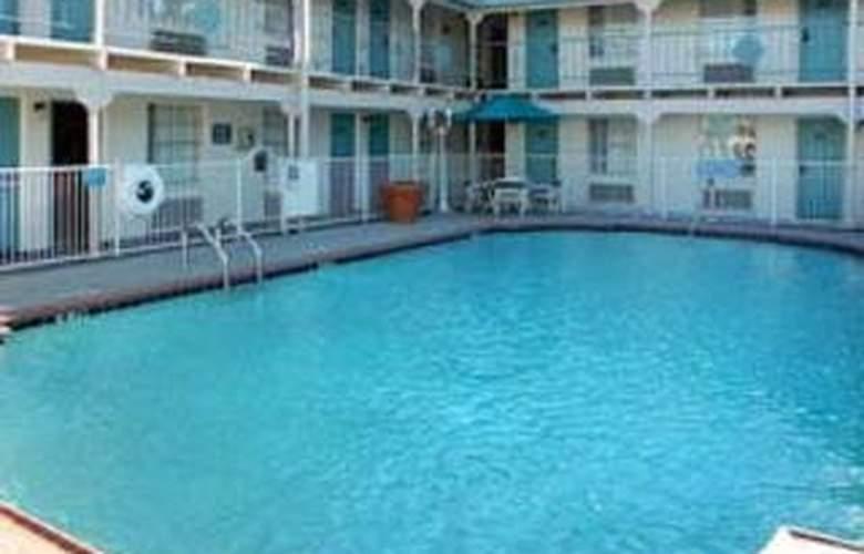 La Quinta Inn Dallas / Uptown - Pool - 9