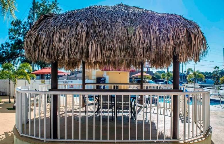 Econo Lodge  Inn & Suites - Pool - 16