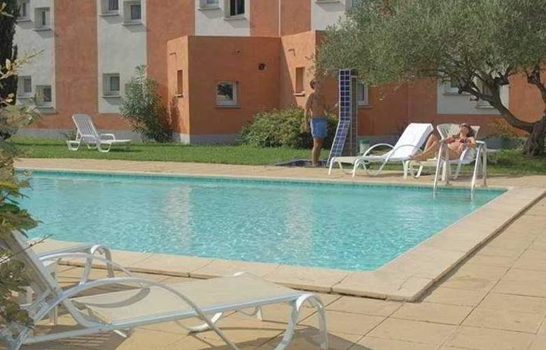 Kyriad Montpellier Lunel - Pool - 4