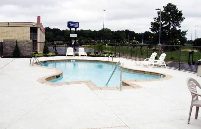 Clarion Inn and Summit Center - Pool - 0