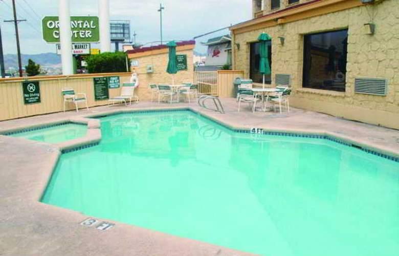 La Quinta Inn El Paso Airport East Cielo Vista - Pool - 5