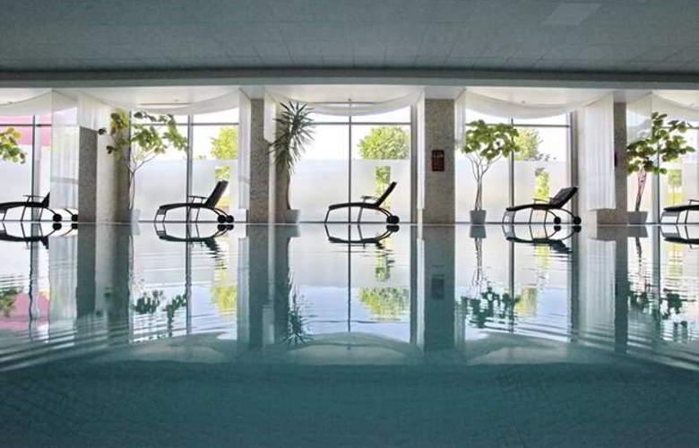 Holiday Inn Sofia - Pool - 38