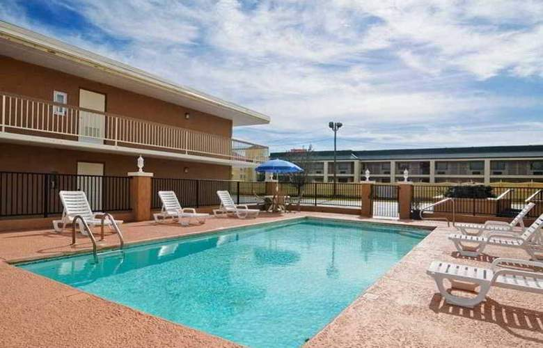 Econo Lodge  Inn & Suites - Pool - 3
