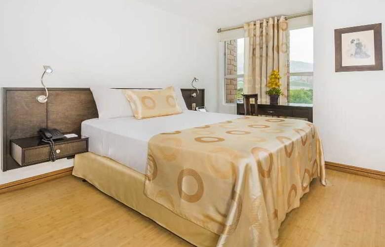 Egina Medellin - Room - 18