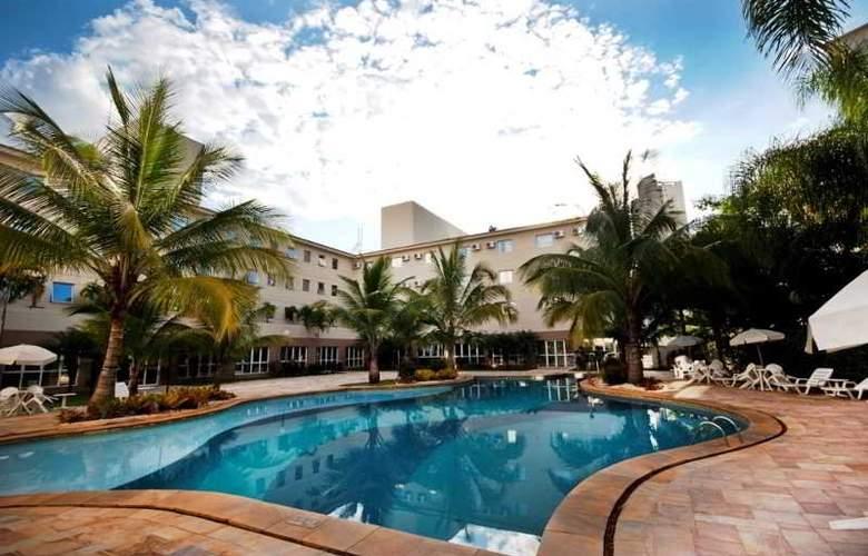 Comfort Suites Flamboyant - Pool - 4