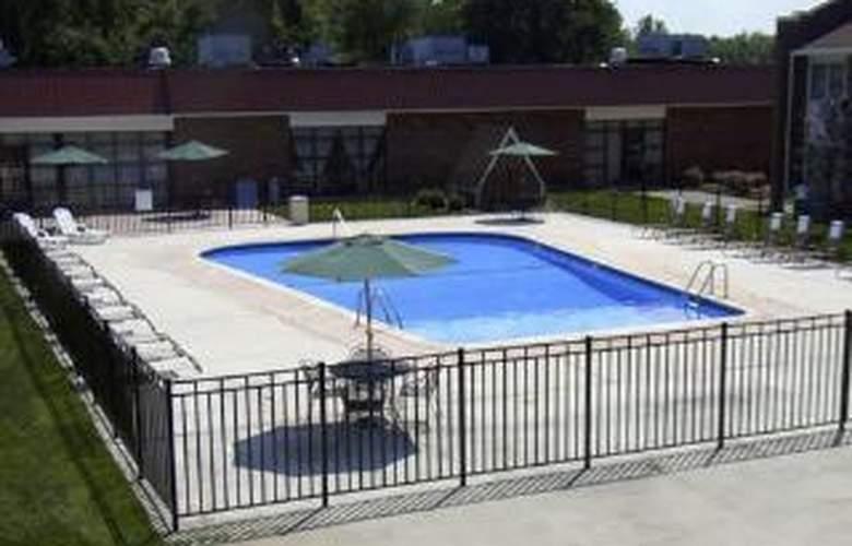 Clarion Inn Bradley Airport - Pool - 5