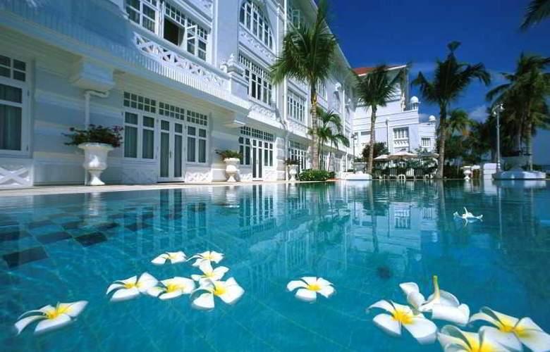 Eastern and Oriental Hotel Penang - Pool - 37