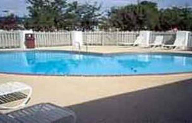 Econo Lodge - Pool - 5