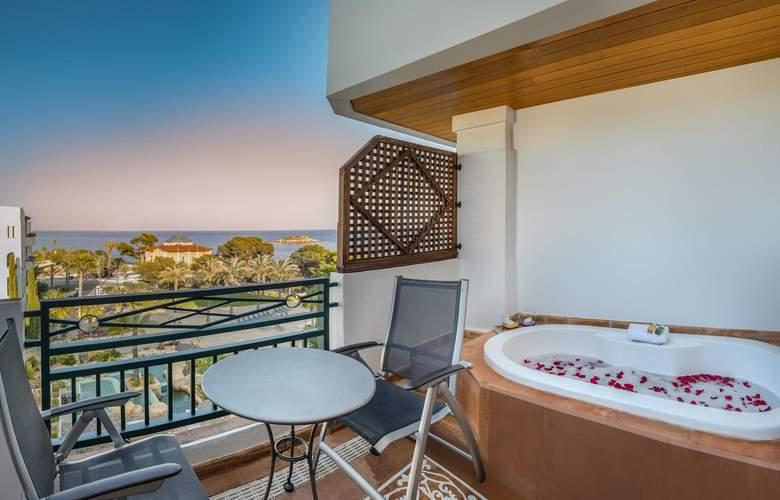 SH Villa Gadea - Room - 16