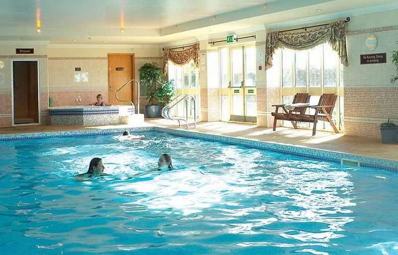Ramada Resort Grantham - Pool - 2