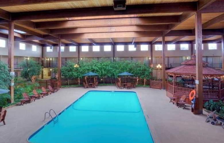 Clarion Inn - Pool - 3