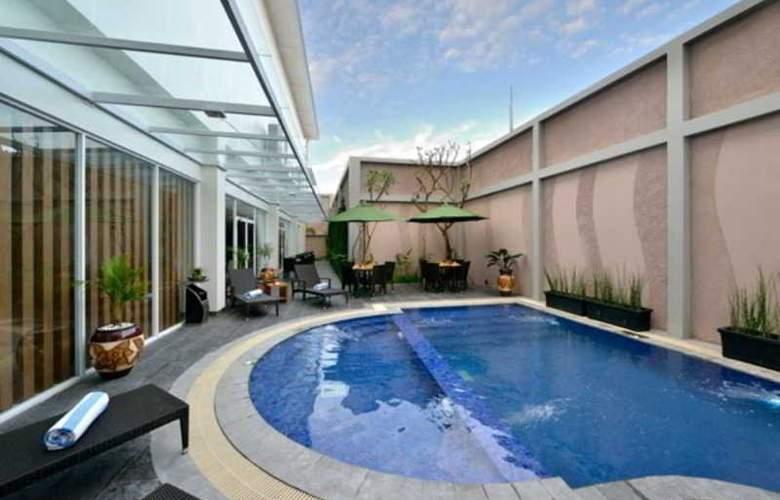 Grand Tjokro Yogyakarta - Pool - 3