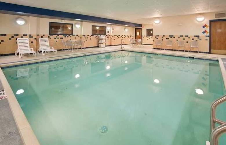 Hampton Inn Deadwood at Four Aces Casino - Pool - 11