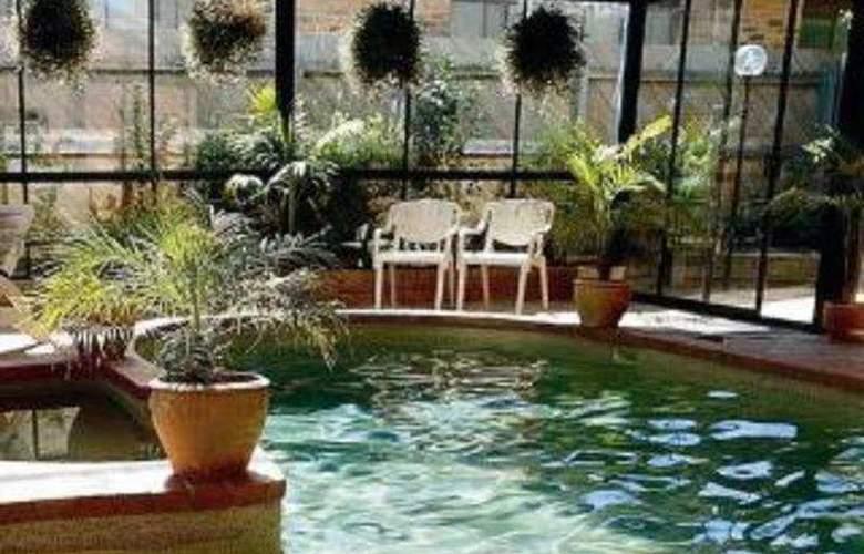 Comfort Inn Dandenong - Pool - 8