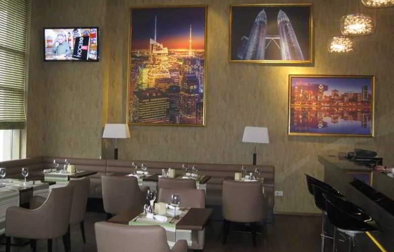 Ramada Cluj Hotel - Bar - 4
