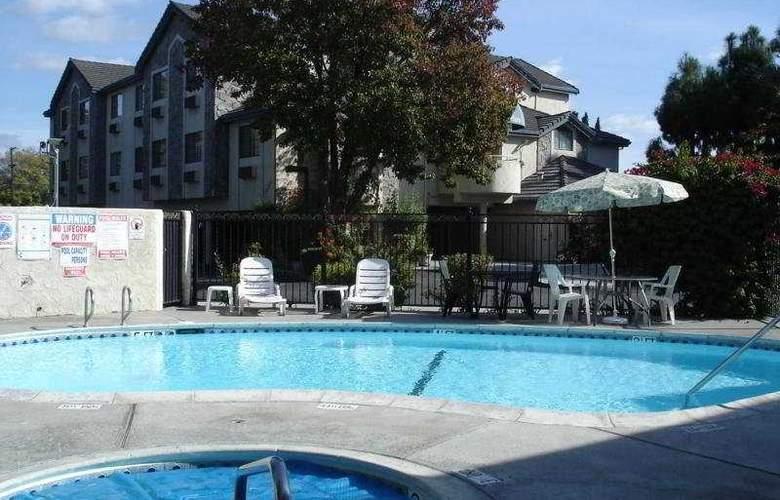 Clarion Inn Silicon Valley - Pool - 4