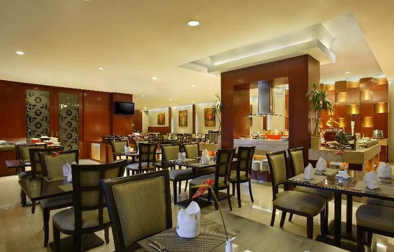 Hotel Santika Jemursari - Restaurant - 3