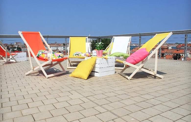 Sunny Terrace Hostel - Terrace - 37