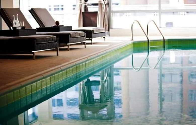 Renaissance Arlington Capital View - Pool - 3