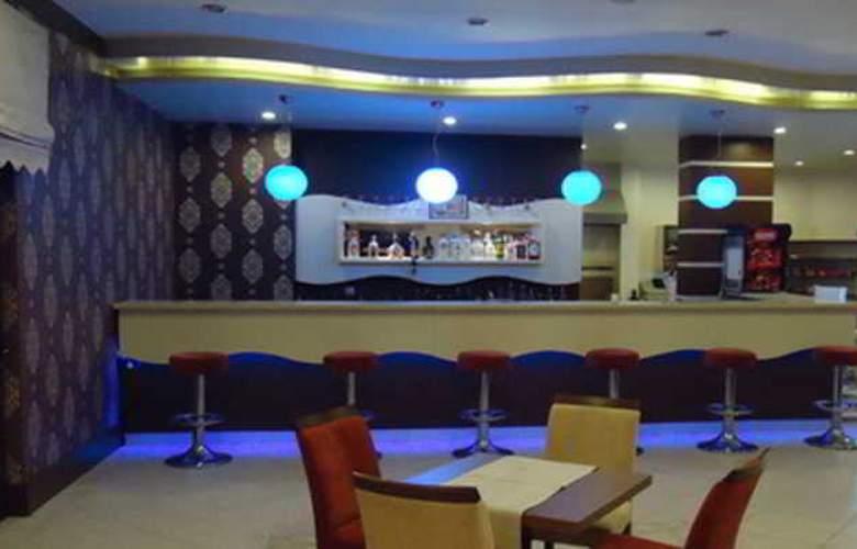 Kum Hotel - Bar - 16