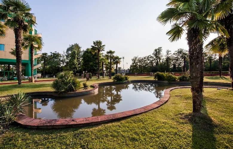 Royal Garden Hotel - Terrace - 17