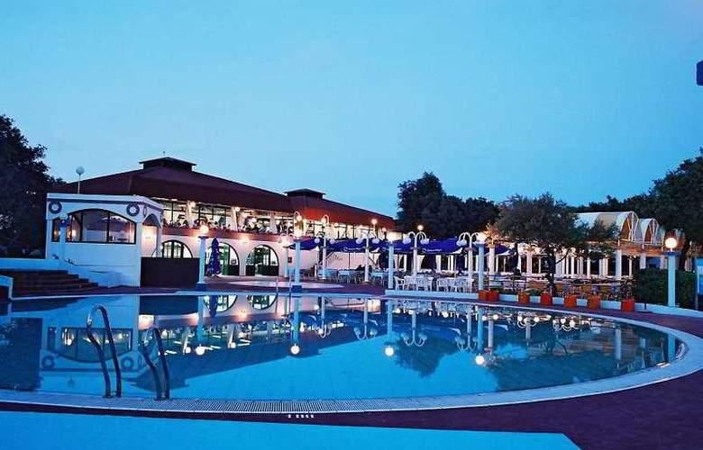 Amarin Resort Apartments - Pool - 4