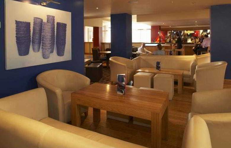 Hilton London Gatwick Airport - Bar - 6