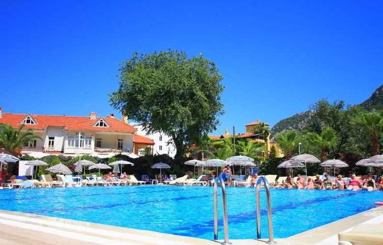 L´ Etoile Beach Hotel - Pool - 3