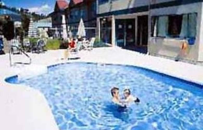 Quality Inn Kamloops - Pool - 3