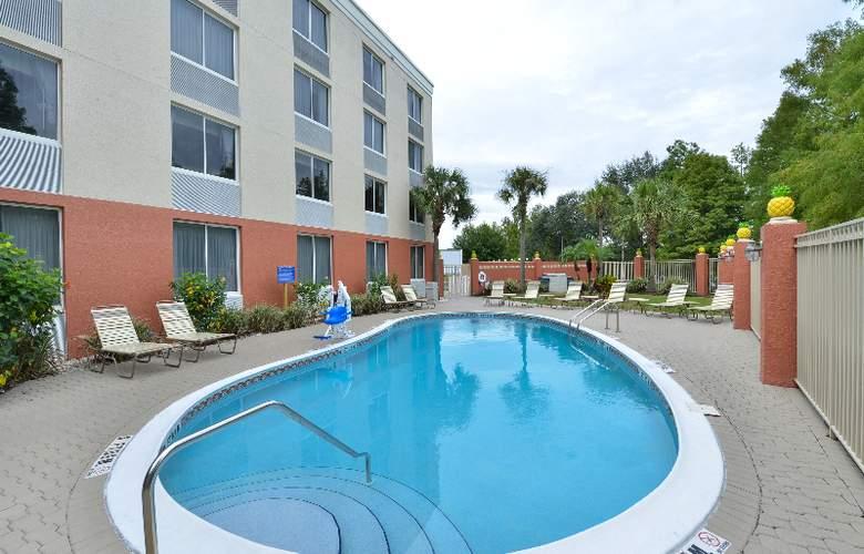 Quality Inn & Suites at Universal Studios - Pool - 32