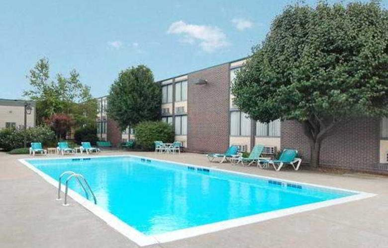Clarion Hotel - Pool - 3