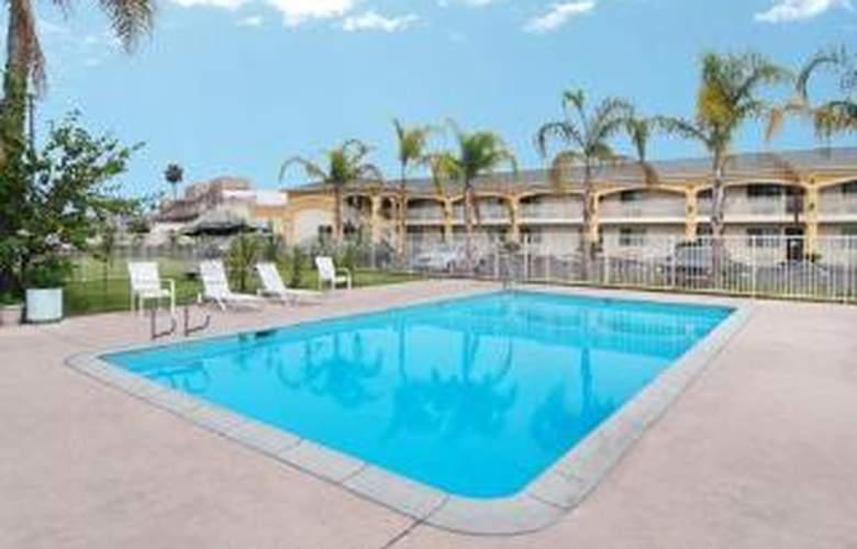 Econo Lodge Inn & Suites - Pool - 4
