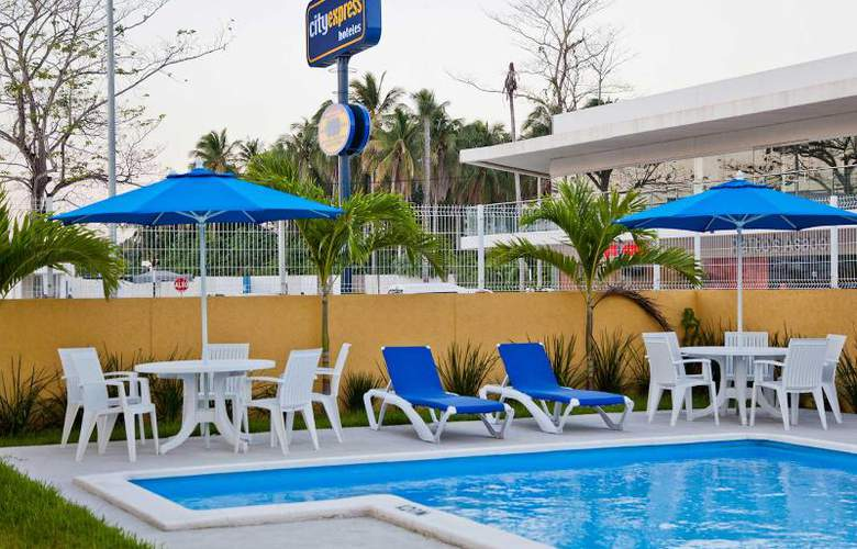 City Express Paraiso - Pool - 14