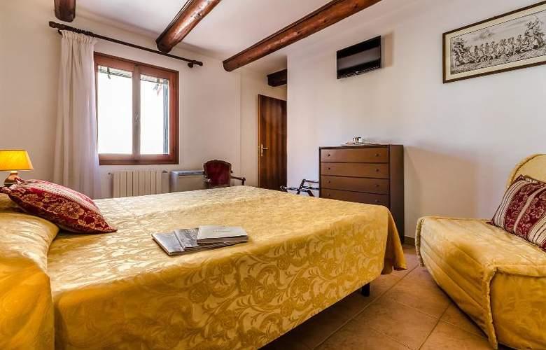 Ariel Silva - Room - 5
