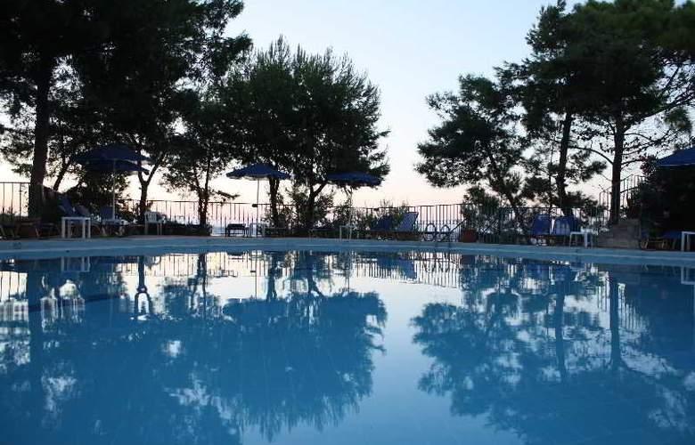 Yria - Celia - Pool - 7