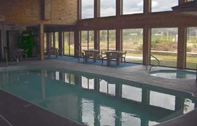 Rodeway Inn & Suites - Pool - 5